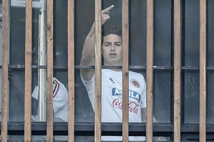 "Звезда ""Реала"" Хамес Родригес показал журналистам средний палец"