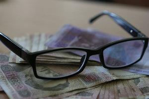Как украинцы относятся к деньгам: половине украинцев не хватает зарплаты