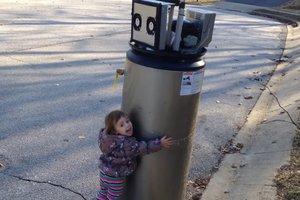 Маленькая девочка приняла водонагреватель за робота и обняла его