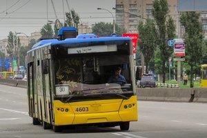 À Kiev dans la Journée du rire à conduire des enfants de la fanfare