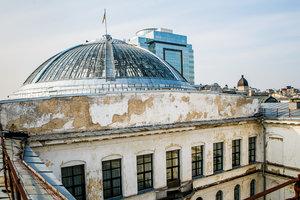 Разрушающиеся стены, текущий потолок и война с арендаторами - в Киеве хотят закрыть на реконструкцию Дом учителя