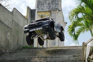 Видеошок: щекочущие les nerfs de voiture de trucs dans les rues de la Havane