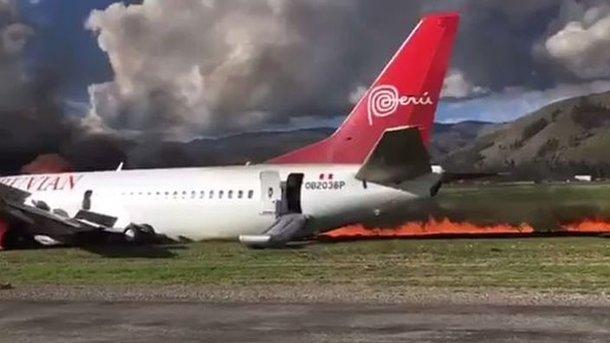 Пассажирский самолет зажегся при посадке вПеру