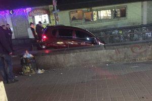 В Киеве авто влетело на ступеньки спуска