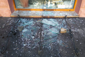 В центре Луцка разбили окна в отделении Сбербанка