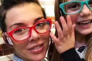 Беременная Анна Седокова засветила пышный бюст во время прогулки