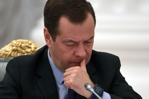 Медведев отчитал опоздавшего министра: Будильник себе ставьте в разные места
