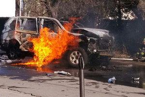 В Мариуполе взрыв уничтожил машину с водителем