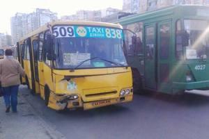 В Киеве пассажиры маршрутки разбили носы из-за ДТП с легковушкой