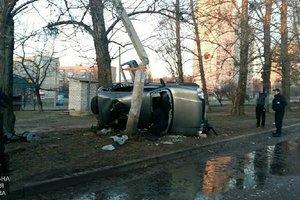 В Харькове водитель врезался в столб и сбежал, бросив пассажира в авто