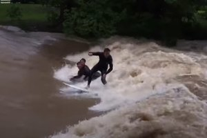 Серфингисты оседлали потоки воды, возникшие после урагана