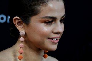 Селена Гомес в коротком платье-бюстье блеснула на премьере сериала