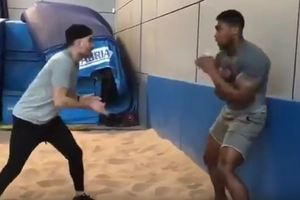 Соперник Кличко отрабатывает реакцию с помощью теннисного мячика