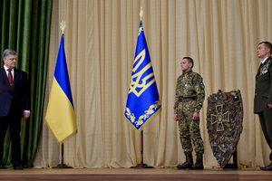 Порошенко подарили щит из осколков снарядов российских боевиков