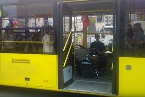 По Киеву катался троллейбус с живым оркестром