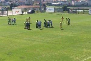 Португальский футболист ударил ногой арбитра