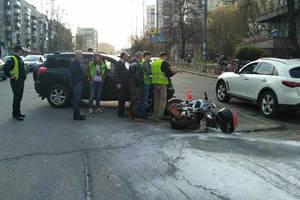 В Киеве произошло ДТП с мотоциклистом, два человека в реанимации