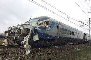 В Польше пассажирский поезд столкнулся с тягачом: десятки пострадавших