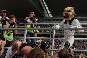Льюис Хэмилтон выиграл квалификацию Гран-при Китая