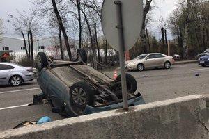 В Киеве во время ДТП перевернулась легковушка