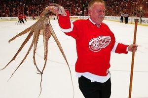 """Болельщики """"Детройта"""" выбросили на лед 10 осьминогов, прощаясь с """"Джо Луис Ареной"""""""
