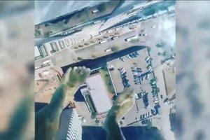 """Смельчак прогулялся """"по воздуху"""" на высоте 42 этажа в Техасе"""
