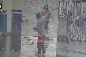 Уличный вор, пытаясь скрыться с добычей, сам прибежал в полицию