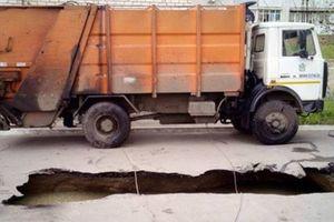 Грузовик провалился под асфальт в Николаеве