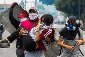 В Венесуэле полиция жестко разогнала марш оппозиции