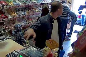 В Одессе камера засняла момент ограбления продавца в магазине
