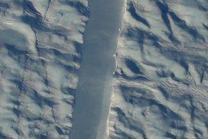 NASA показало гигантские трещины в одном из крупнейших ледников Гренландии