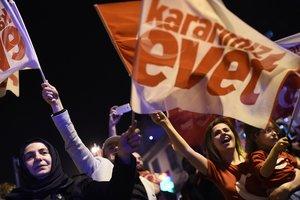 Турецкая оппозиция намерена опротестовать итоги референдума