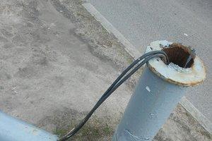 В Харькове сильный ветер повалил светофор