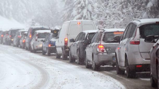 Водителей просят воздержаться отпоездок на своем  транспорте— Непогода вУкраинском государстве