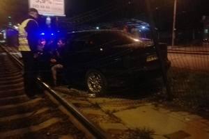 В Киеве пьяный водитель снес ограждение скоростного трамвая