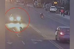 Невезучий велосипедист попал сразу под три автомобиля