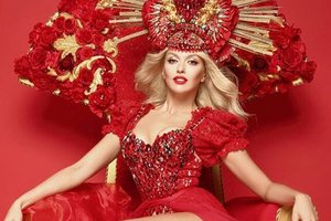 Латексный комбинезон и розовые перчатки: Оля Полякова впечатлила смелым образом
