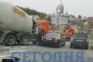 Дорогое ДТП: в Киеве столкнулись элитная иномарка и бетономешалка