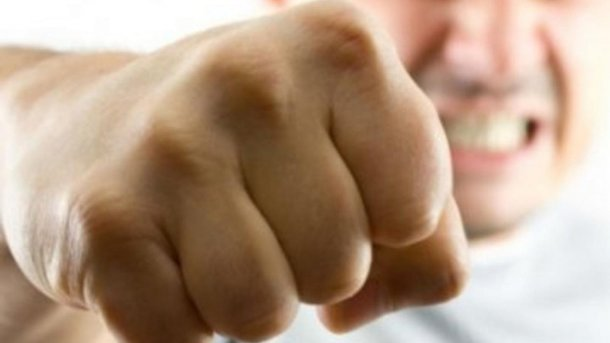 В Мариуполе мужчина жестоко избил жену и падчерицу за грязную посуду