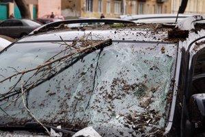В Одессе с памятника архитектуры рухнула часть балкона: поврежден автомобиль