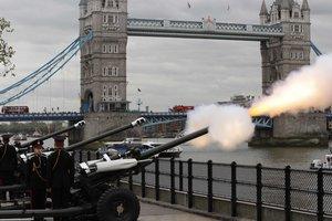 Королеву Елизавету поздравили с 91-летием оружейным салютом