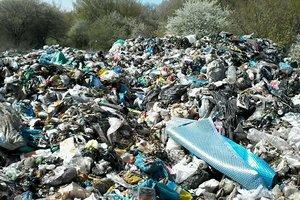 Три фуры с львовским мусором незаконно разгрузились на Волыни