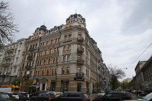 Прогулка вокруг Театральной площади в Киеве: ищем бюст академику Патону и дом, где живет Кличко