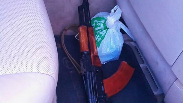 По городу разъезжал Lexus с оружием (ФОТО)