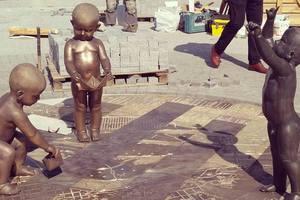 В Киеве на Почтовой площади установили фигурки играющих детей