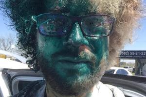 В РФ напали на журналиста Варламова и облили зеленкой: опубликовано видео