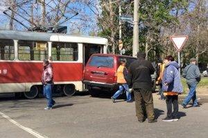 В Одессе джип врезался в трамвай