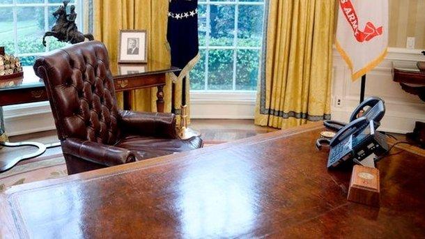 Трамп при помощи особой кнопки вызывает дворецкого сгазировкой