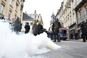 Полиция Франции применила газ против школьников, вышедших на протесты