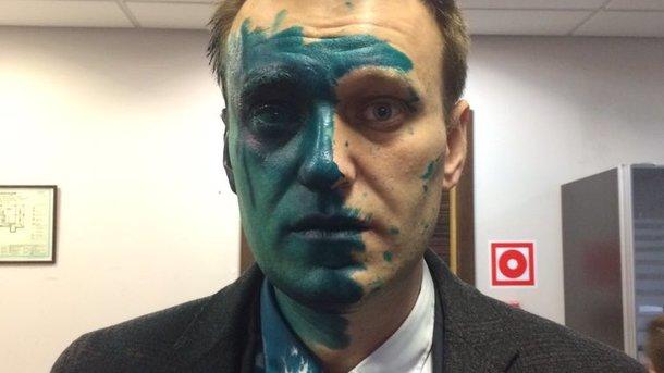 Навального облили зеленкой, из-за чего оппозиционеру понадобилась скорая помощь